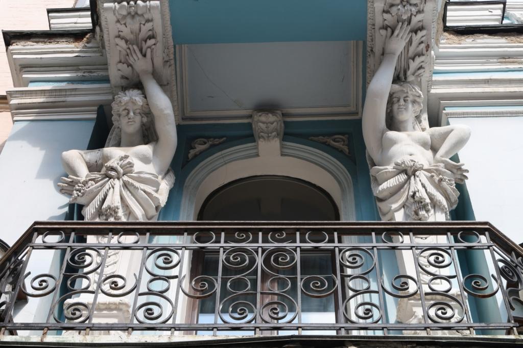 Die schönen Karyatiden inder Jaroslawiw Wal Straße