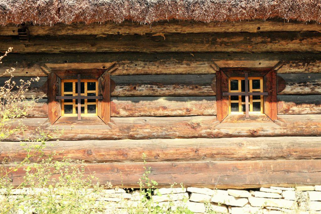 Fenster einer hölzernen Hütte