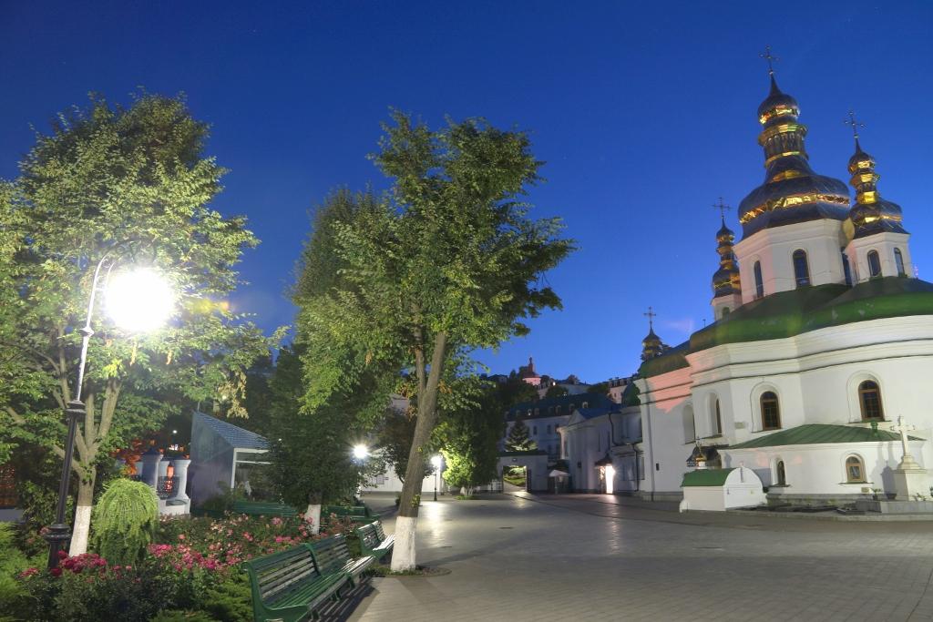 Kreuzerhöhungskirche am Abend