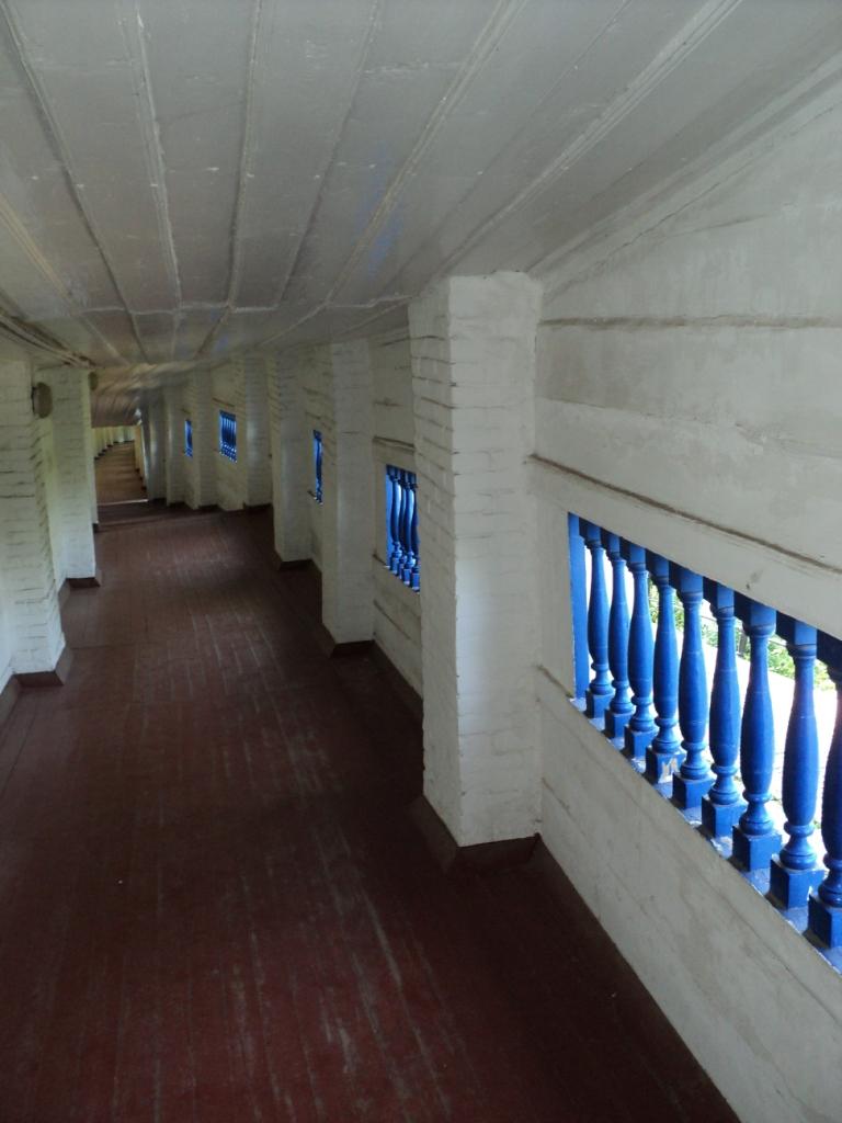 Die zu Nahen Höhlen führende Galerie