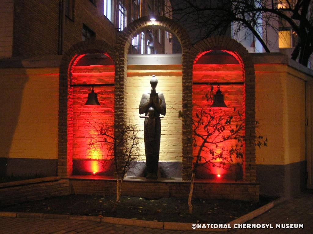 Skulptur neben dem Tschornobyl-Museum