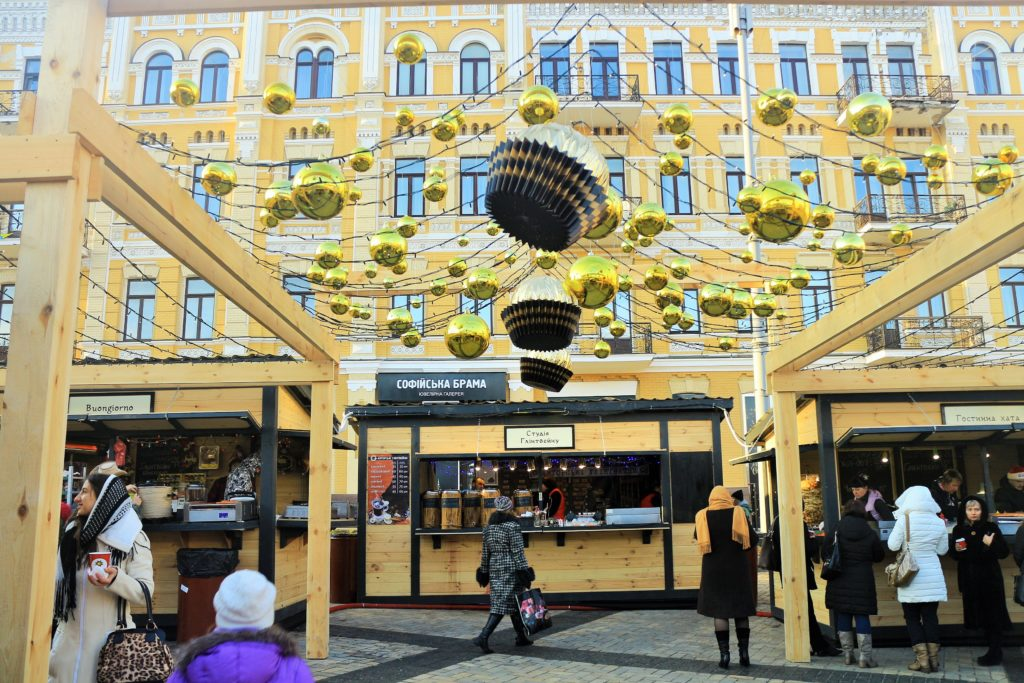 Weihnachtsmarkt zwischen zwei Glockentürmen