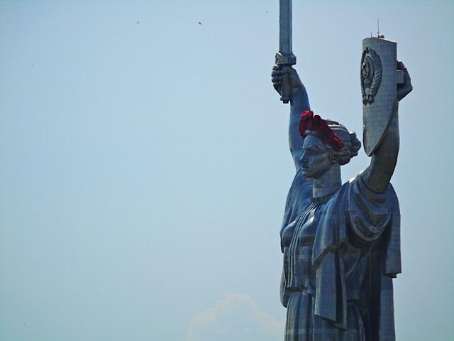 Mutter-Heimat-Statue, Schwert und Schild